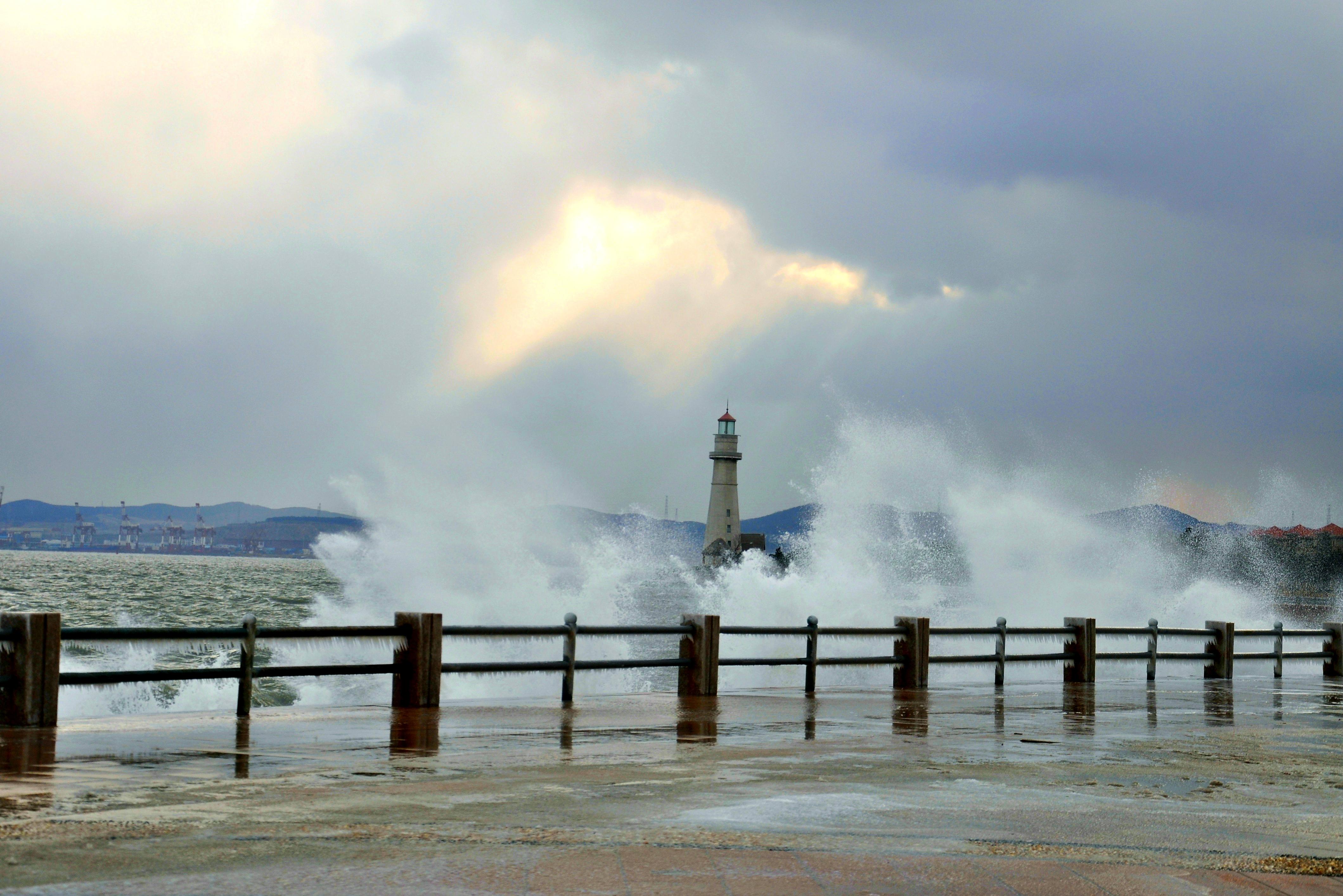 海边灯塔-威海海边灯塔的大浪-原创摄影-摄影天地