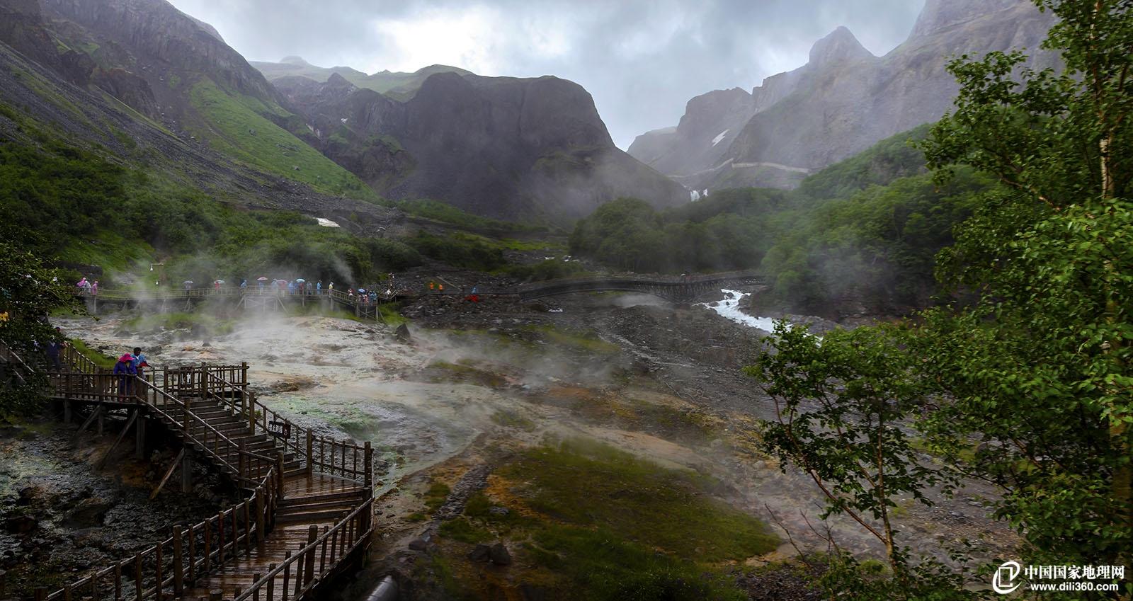 长白山的温泉群-在长白山的黑风口滚滚黑石下面有几十