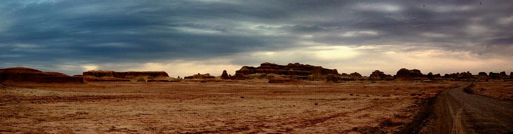 雅丹地貌以新疆塔里木盆地罗布泊附近的雅丹地区最为