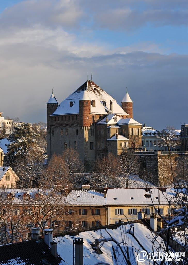 市区最高处的圣梅耶城堡被白雪衬托得可爱起来