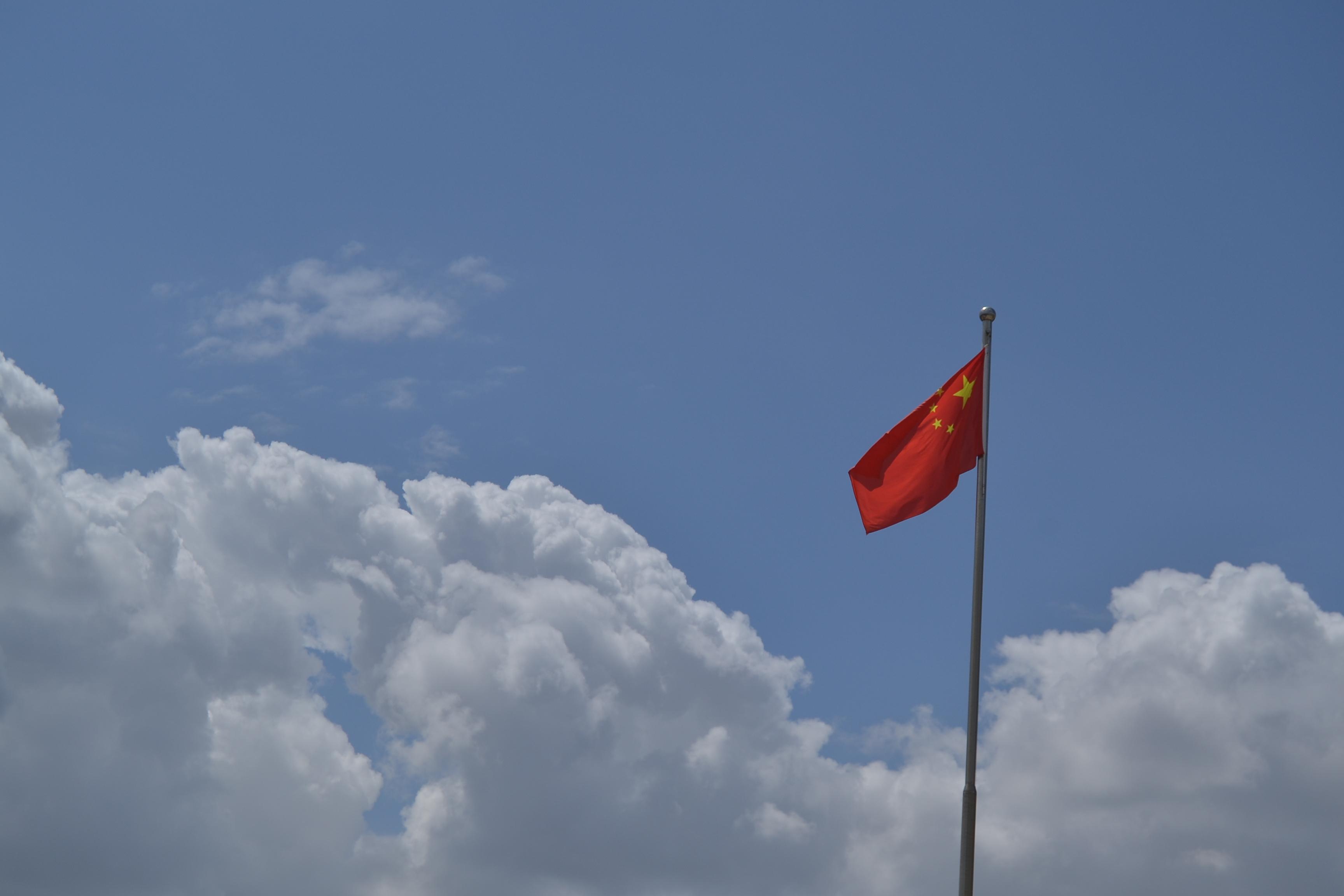 蔚蓝的天空,红旗飘飘