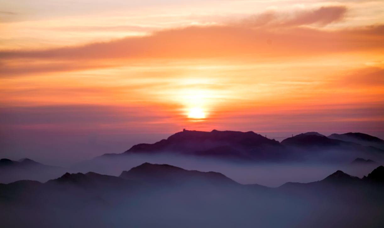 2016年的第一天 临沂蒙山龟蒙顶出现日月同辉和云海奇观
